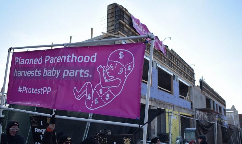 Manifestantes fazem protesto contra a Planned Parenthood nos EUA. (Foto: The Blaze)