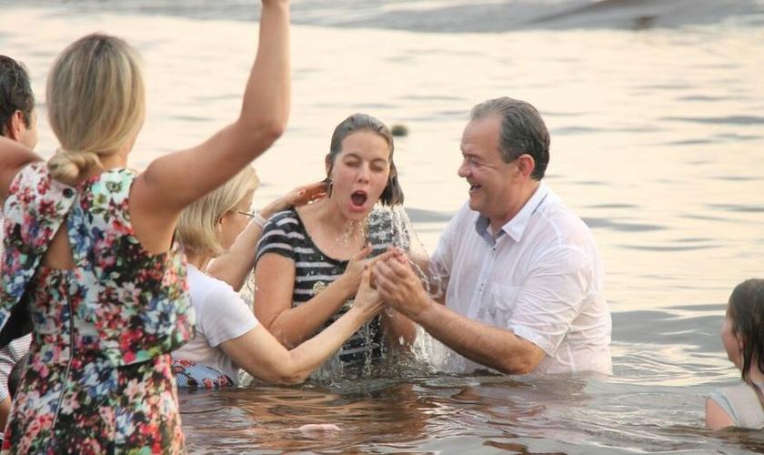 Cerca de 7.420 pessoas foram batizadas às margens do rio Negro. (Foto: Jander Robson)