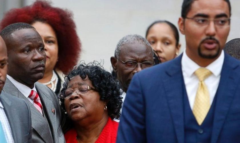 Judy [ao centro], mãe de Walter Scott, é consolada por seu filho Rodney, após o julgamento do ex-oficial Michael Slager. (Foto: AP Photo/Mic Smith)