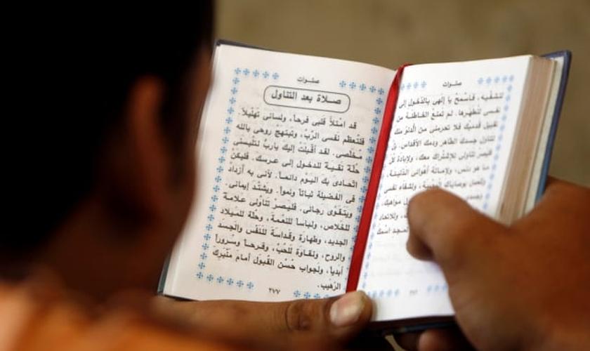 Missionários se reúnem para trabalhar na tradução de Bíblias. (Foto: Wycliffe Associates)