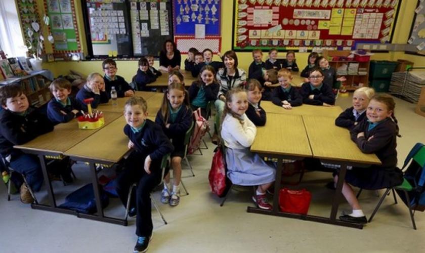 Crianças do ensino fundamental do Reino Unido. (Foto: REUTERS)