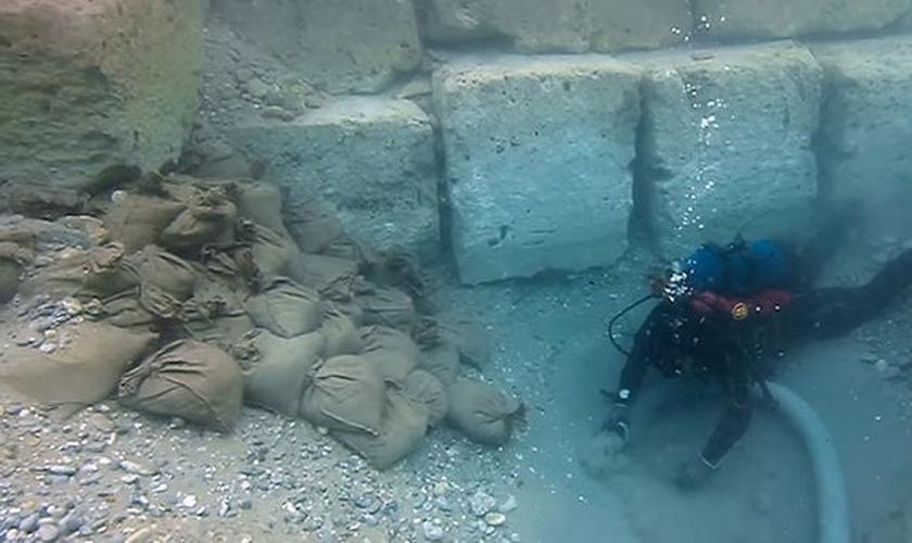 Mergulhador busca vestígios da cidade grega de Corinto. (Foto: Lechaion Harbour Project)