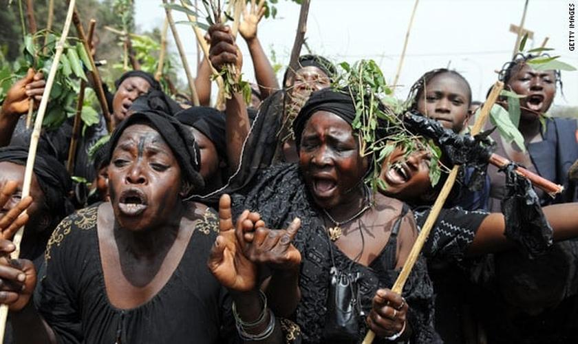 Nigerianos protestam contra a onda de violência perpetrada por grupos terroristas, como o Boko Haram e os Fulani. (Foto: cnn.com)