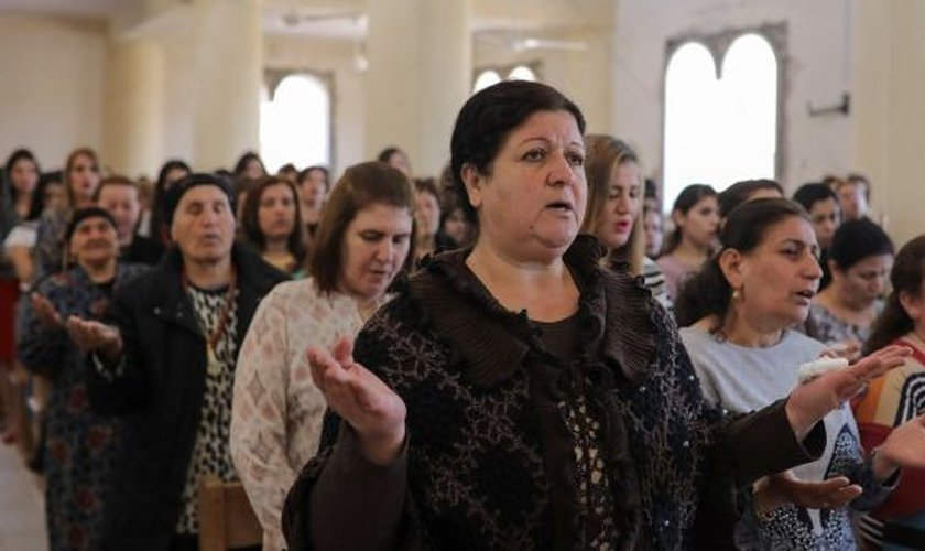 Cristãos celebram culto em igreja iraquiana. (Foto: The Irish Times)