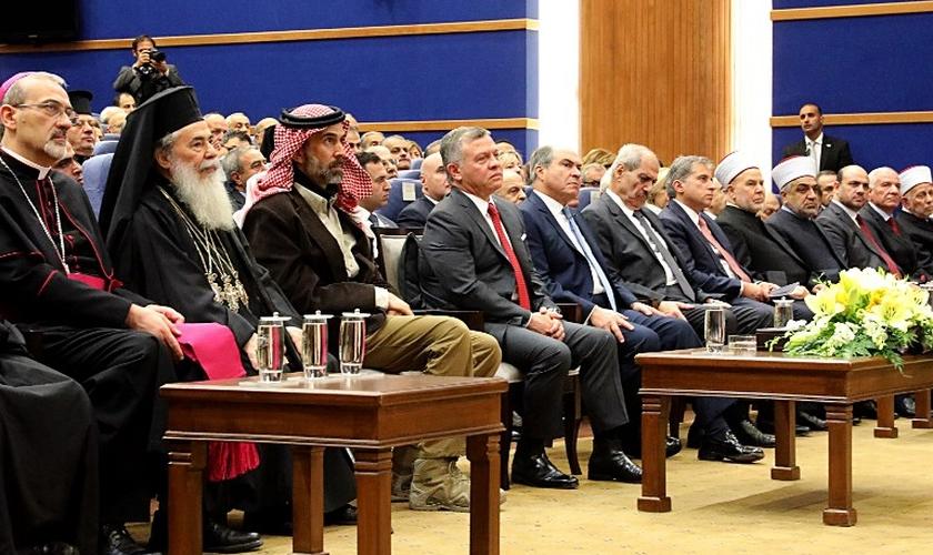 Rei Abdullah II da Jordânia [4º a partir da esquerda] em evento com líderes cristãos no rio Jordão. (Foto: Amel Pain/AFP)