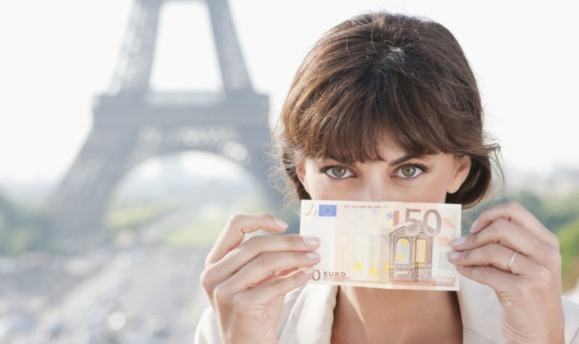 Existem diversas opções no mercado para levar dinheiro em suas viagens. (Foto: Getty Images)