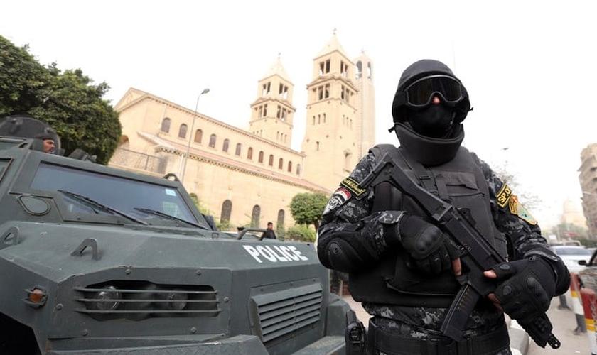 Policial egípcio faz a segurança em frente a igreja. (Foto: Al Arabya)