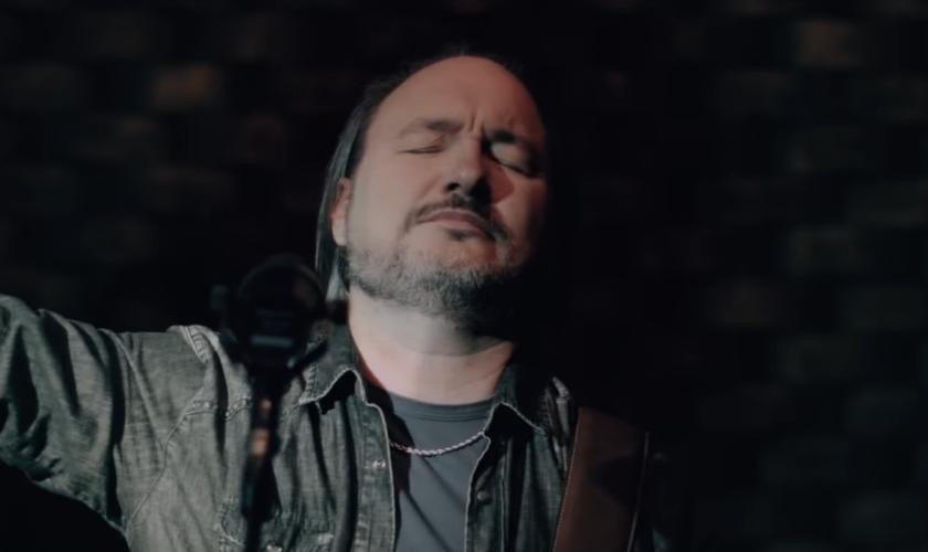 O vídeo conta com direção de Amós Rodrigues e produção musical de Marcos Roberto. (Foto: Reprodução).