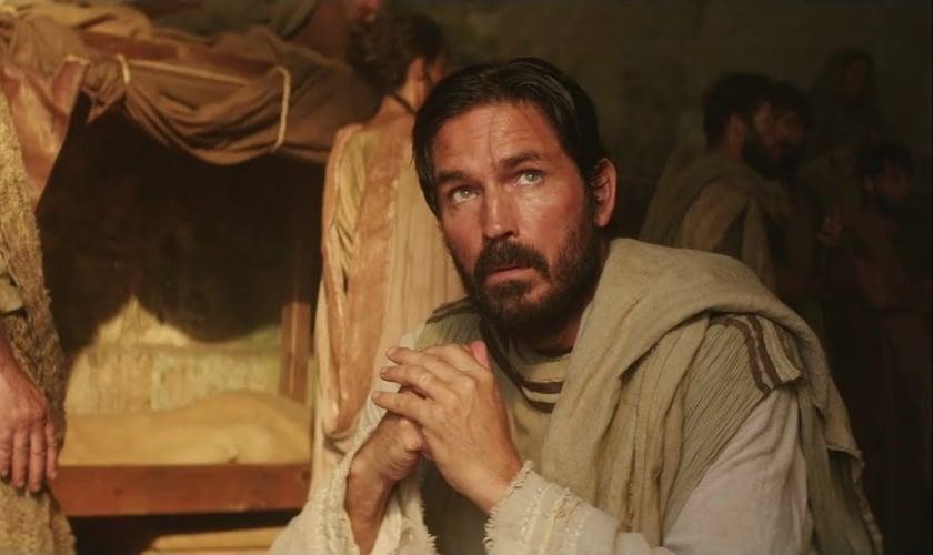 Jim Caviezel faz o papel de Lucas no filme 'Paulo, Apóstolo de Cristo'. (Foto: Reprodução/YouTube)
