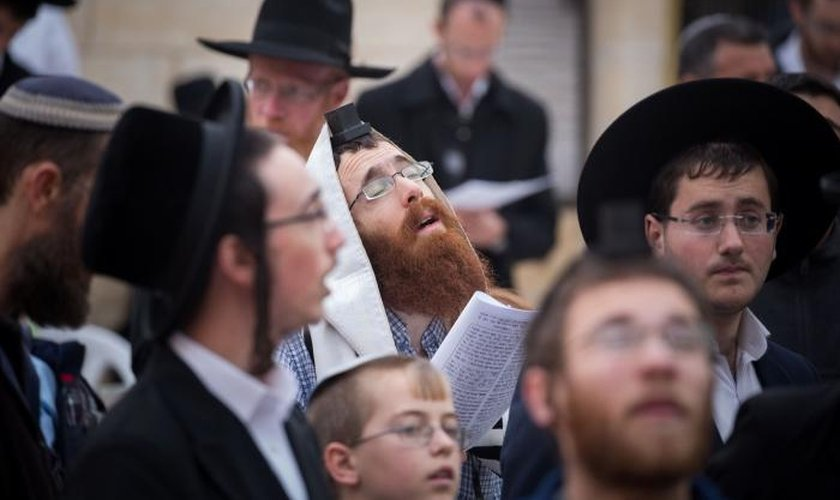 Centenas de judeus se reunidos no Muro das Lamentações para clamar a Deus. (Foto: Flash90)