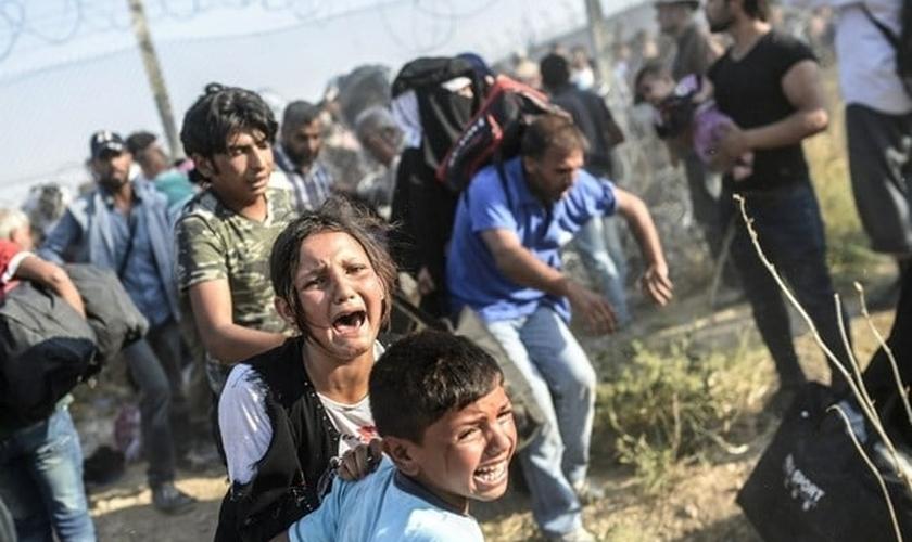 Crianças refugiadas sírias chegam à Turquia. (Foto: The Daily Star0\