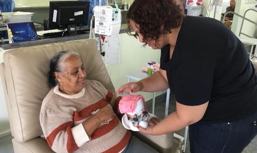 Renata foi diagnosticada em 2012 e, mesmo durante seu tratamento, começou a ajudar outros pacientes. (Foto: Reprodução/YouTube).