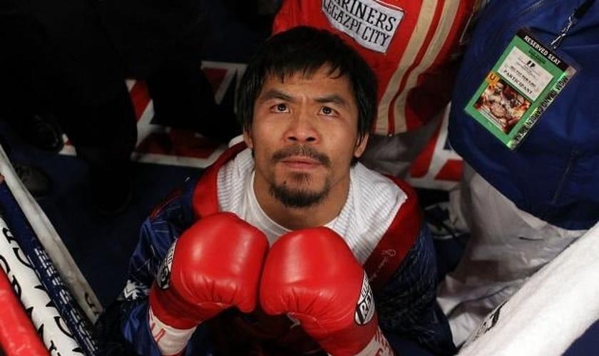 Manny Pacquiao sempre teve o costume de orar antes de entrar no ringue de Boxe. (Foto: Bleacher Report)