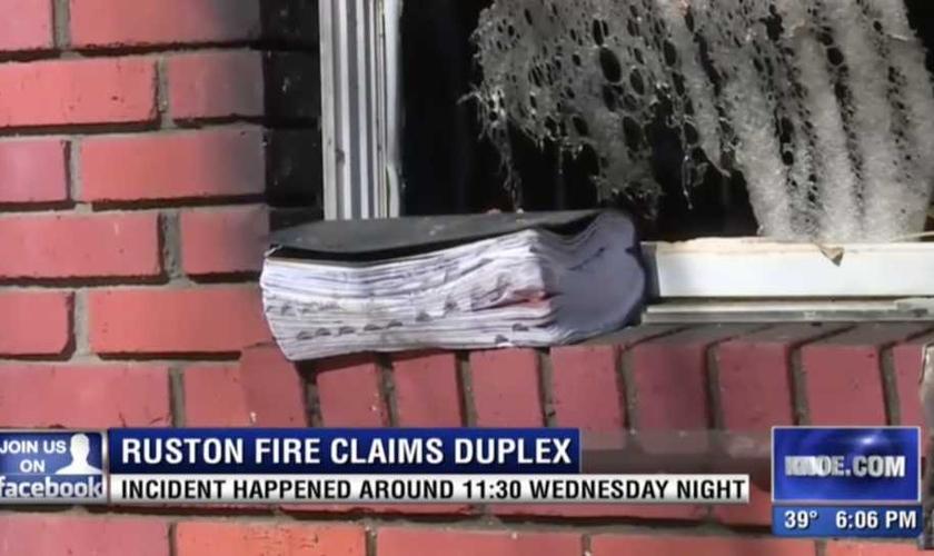 A Bíblia foi encontrada intacta após o incêndio, em Louisiana, EUA. (Imagem: Knoe TV)