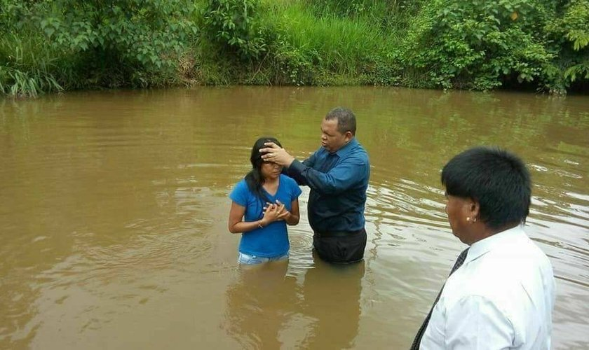 Cerca de 35 indígenas foram batizados no município de Barra do Garças, no Mato Grosso. (Foto: Reprodução/Facebook)