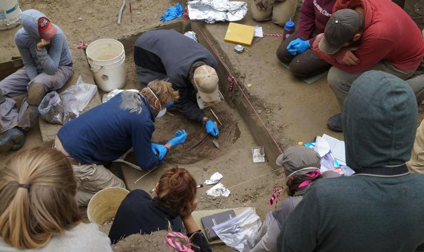 Os restos de uma criança enterrada no Alasca podem comprovar relato bíblico sobre a Torre de Babel. (Foto: Ben Potter)
