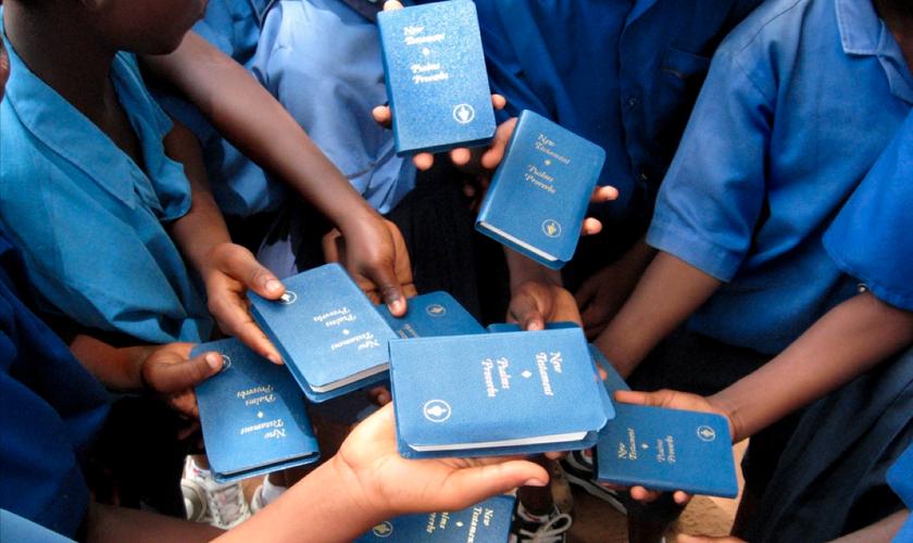 Gideões Internacionais é uma associação cristã dedicada na distribuição de Bíblias. (Foto: Reprodução)