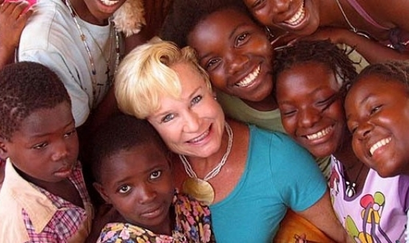 Desde que Heidi Baker iniciou seu ministério em Moçambique, há 20 anos, um grande avivamento vem acontecendo na região. (Foto: Reprodução).