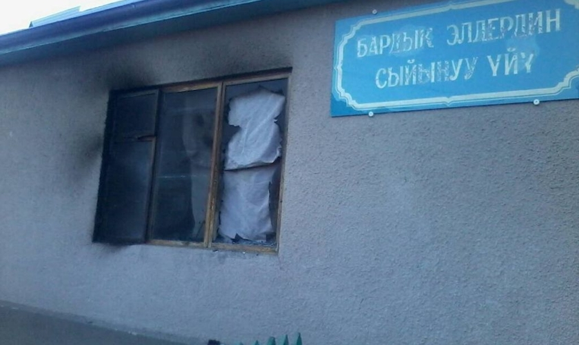 Igreja evangélica é incendiada por pró-islâmicos, no Quirguistão. (Foto: World Watch Monitor)