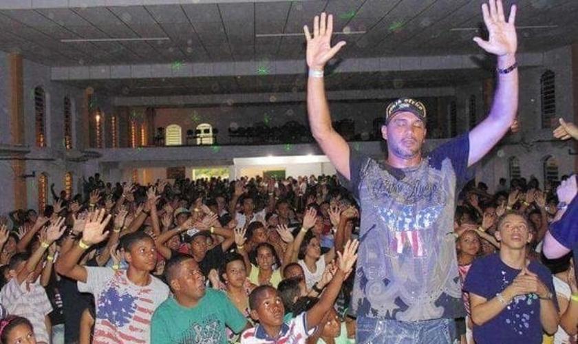 Hoje o ex-MC Bola de Fogo é cristão e coordena uma clínica de reabilitação no ES. (Foto: Divulgação/Giro Assessoria)