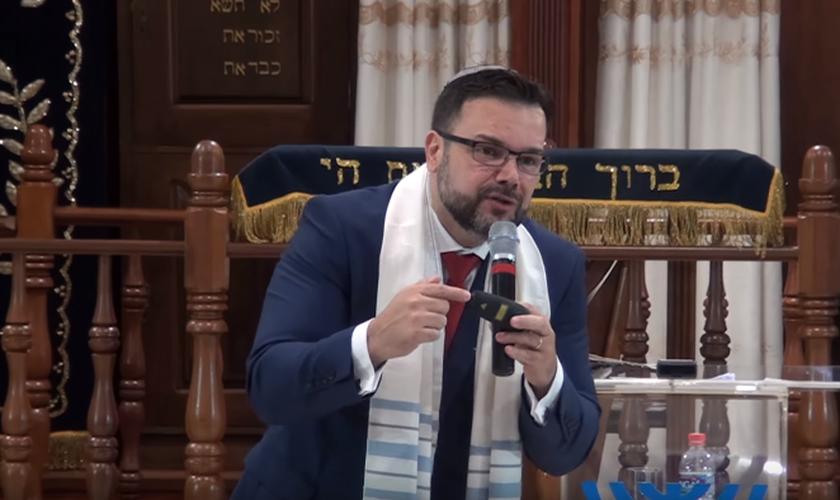 O rabino messiânico Matheus Zandona é vice-presidente do Ministério Ensinando de Sião. (Foto: Reprodução/YouTube)