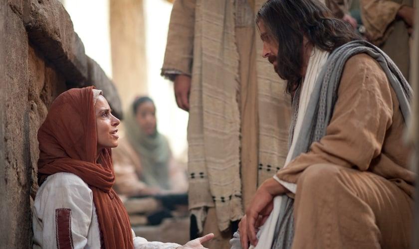 Jesus Cristo conversa com mulher que foi curada de um sangramento permanente. (Foto: lds.org)