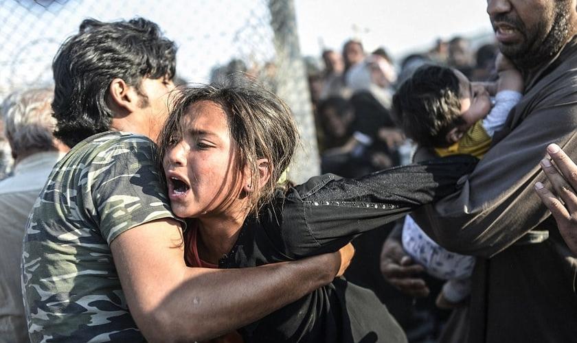 Refugiados durante fuga da cidade de Tal Abyad, na Síria, sob comando do Estado Islâmico. (Foto: AFP/Getty Images)
