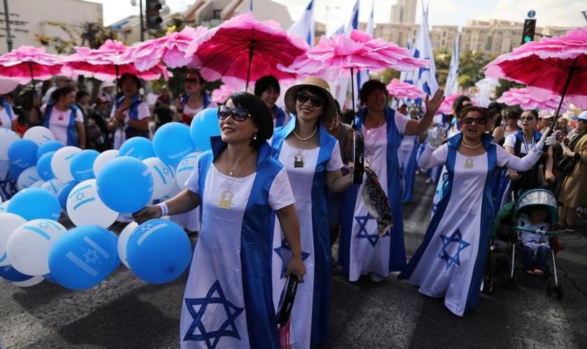 Israelenses e estrangeiros na Marcha de Jerusalém, que ocorre durante a Festa dos Tabernáculos. (Foto: Ammar Awad/Reuters)