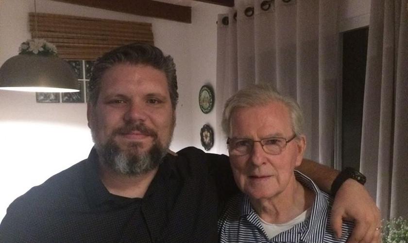 O pastor Jackson Jacques (esquerda) e o missionário Siegfried Zilz (direita). (Foto: Reprodução).