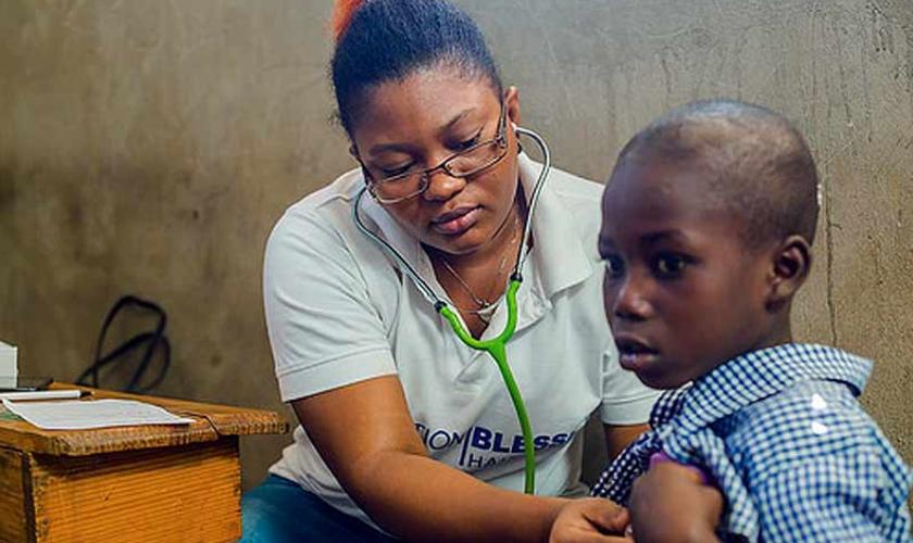 Os cristãos também forneceram medicamentos e cloro para ajudar na crise de água limpa do Haiti. (Foto: Reprodução).