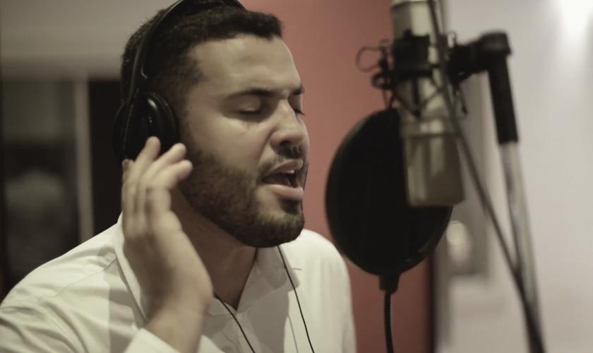 Produzida por Alessandro Dourado, a música foi escrita pelo próprio cantor. (Foto: Divulgação).