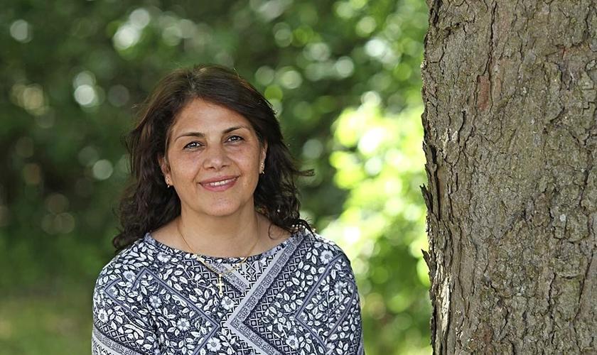 Annahita Parsan dirige congregações de origens muçulmanas, evangelizadas para muçulmanos. (Foto: Reprodução).