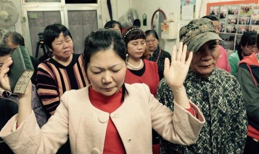 Cristãos participam de culto na China. (Foto: China Aid)