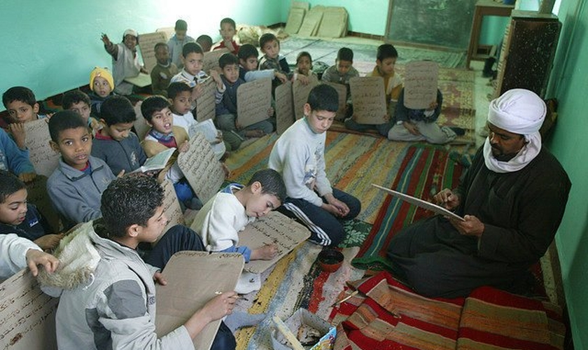 Professor dá aula sobre Alcorão para garotos no Marrocos. (Foto: Morocco World News)