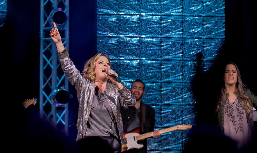 Ana Paula Valadão canta 'Be Exalted' em gravação da Life Fellowship Worship. (Foto: Reprodução).