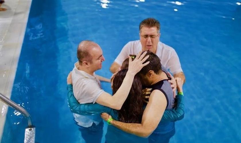 Batismo no Irã. (Foto: Mohabat TV)