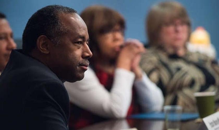 Ben Carson lidera um grupo de estudo bíblico com outros secretários do governo Trump. (Foto: Reuters)