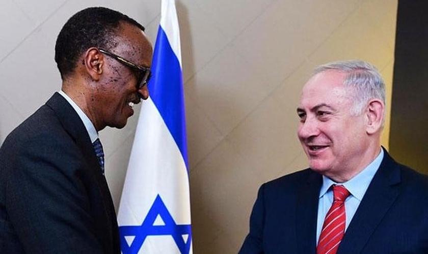 Benjamin Netanyahu conversa com Paul Kagame, presidente de Ruanda. (Foto: GPO)