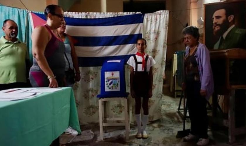 Oficiais do governo cubano cantam hino nacional antes de iniciar as eleições. (Foto: REUTERS/ALEXANDRE MENEGHINI)