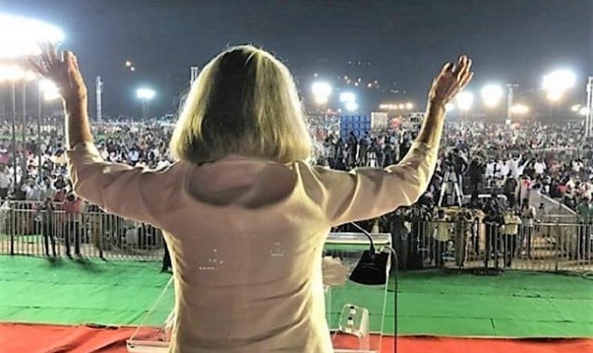 Anne Graham Lotz prega para multidão na Índia, em 2018. (Foto: INSTAGRAM/ANNE GRAHAM LOTZ)
