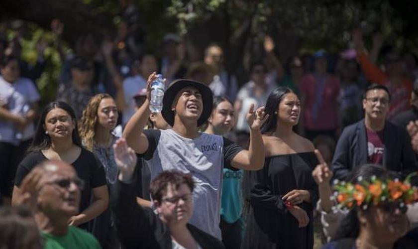 Mais de 500 cristãos se reuniram em frente ao Parlamento da Nova Zelândia. (Foto: Robert Kitchin/Stuff)