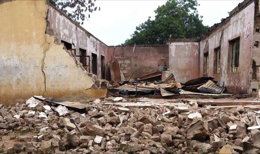 Na mesma madrugada, uma clínica médica pertencente a uma das igrejas queimadas também foi atacada. (Foto: Reprodução).