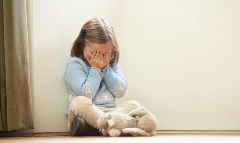 John Stonestreet mostra fortes evidências sobre os perigos do tratamento em crianças, causando traumas físicos e psicológicos. (Foto: Reprodução).