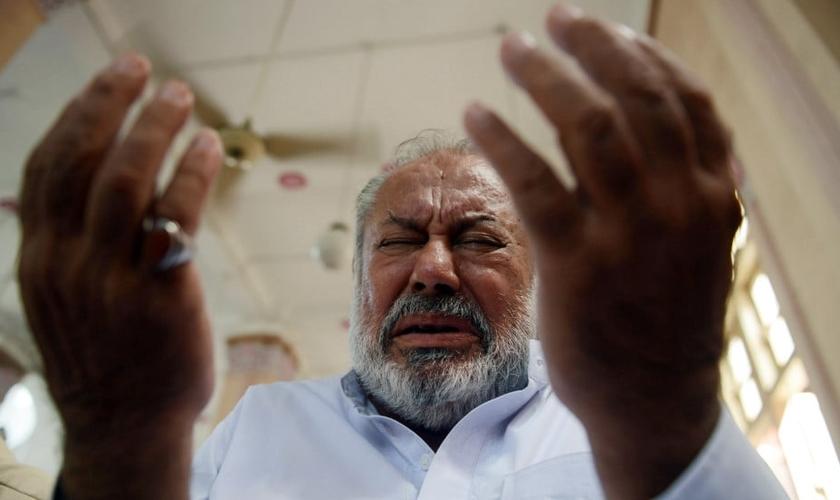 Homem ora fervorosamente na Índia. (Foto: CNN.com)