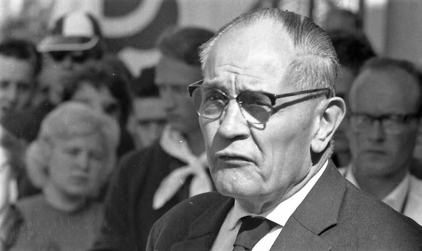 Pastor Martin Niemöller chegou a votar no partido de Hitler, mas se revoltou contra o nazismo quando viu o sistema conflitar com sua fé. (Foto: pri.org)