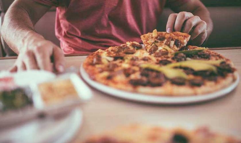 Em alguns casos, a gula pode estar associada à obesidade. (Foto: Reprodução)