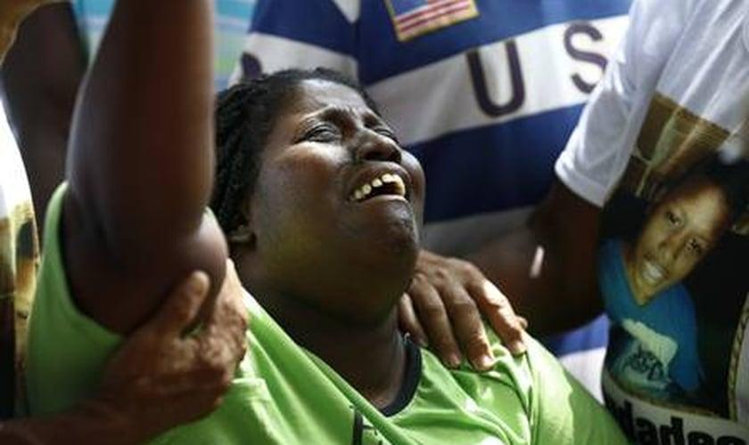 A mãe de Jeremias, Wânia de Moraes, durante o sepultamento do filho. (Foto: Pablo Jacob/Agência O Globo)