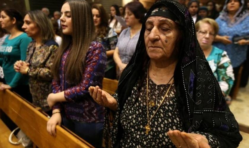 Cristãos iraquianos participam de culto. (Foto: aawsat.com)
