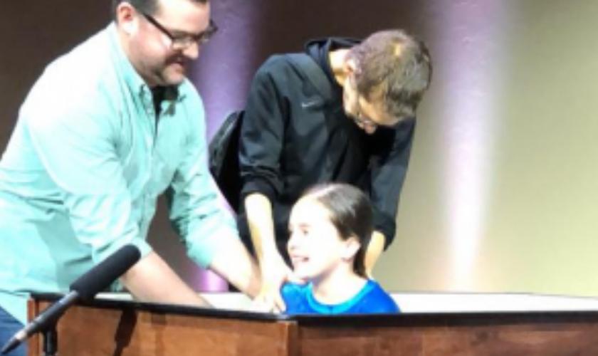Shane Hall estava lutando contra o câncer há três anos, mas não queria partir sem antes ver sua filha sendo batizada. (Foto: Reprodução).