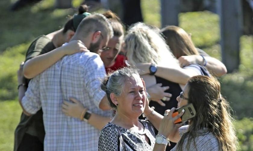Na última quarta-feira um garoto invadiu uma escola da qual foi expulso e matou 17 pessoas. (Foto: Amy Beth Bennett / AP).
